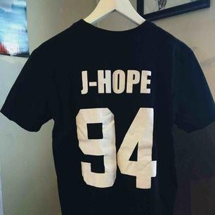 BTS/J-Hope T-shirt ! Köpt i Japan, bra kvalite!!  Någon ARMY som vill köpa??😘 Frakt35kr!
