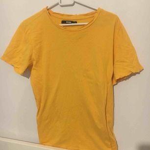 En skön lite stor t-shirt, den har slitningar vid armar och vid halsen, knappt använd. Frakt 40