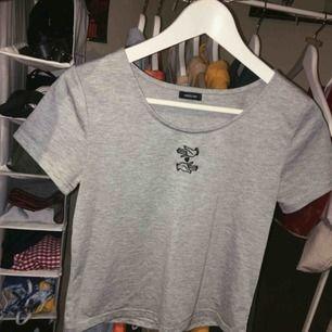 Grå T-shirt i S köpt i Japan ! Fint skick! Frakt 36kr