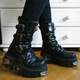 Äkta New rock boots i mycket bra skick! 🦇  Köpt för 2700 kr nu 990 kr + fri frakt! 💌  Skynda fynda detta fantastiska priset liksom??? 😎😎  Kan hämtas i Ljungby/Växjö.