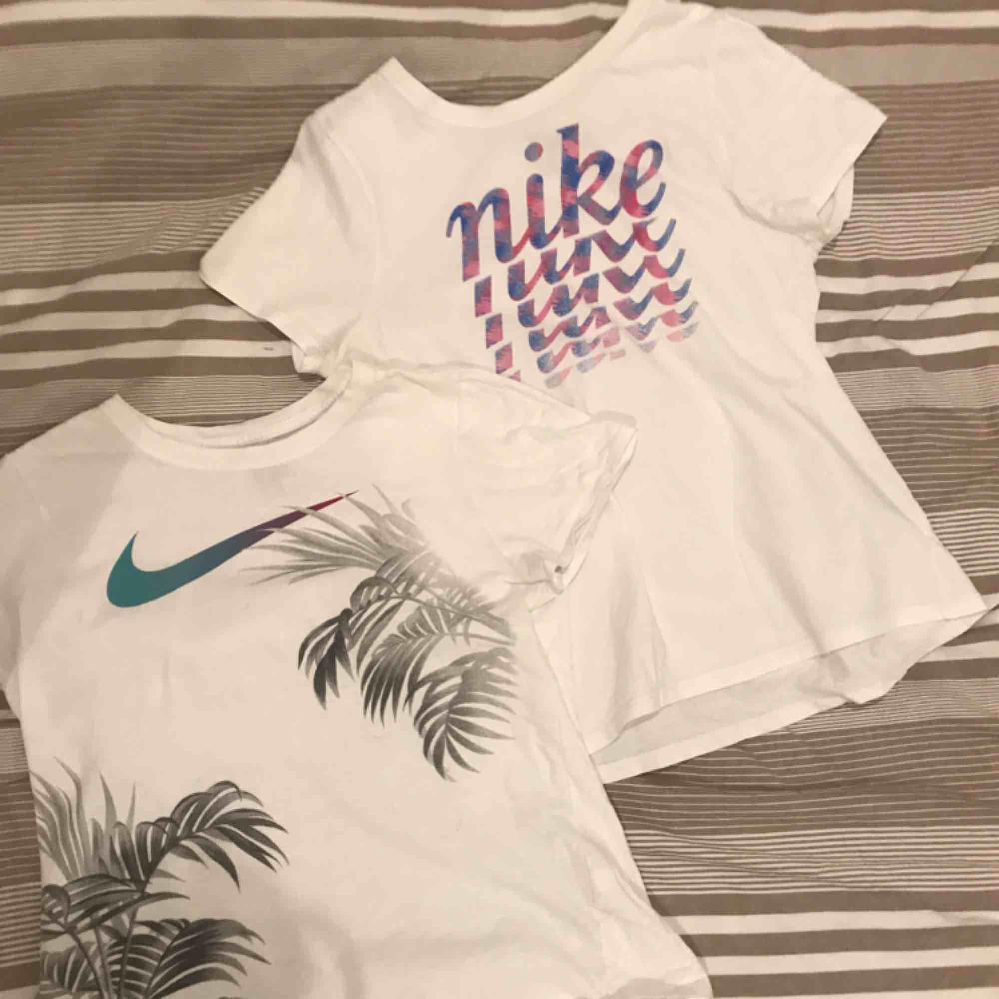 2st vita t-shirts med tryck i storlek xs (egentligen från flick avdelningen i XL men det motsvarar en normal XS). Fint skick säljer pga att de blivit för små för mig.☺️ Måste ej köpas tillsammans men det går lika bra. 40kr styck🥳. T-shirts.