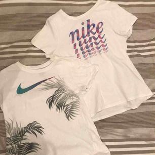 2st vita t-shirts med tryck i storlek xs (egentligen från flick avdelningen i XL men det motsvarar en normal XS). Fint skick säljer pga att de blivit för små för mig.☺️ Måste ej köpas tillsammans men det går lika bra. 40kr styck🥳