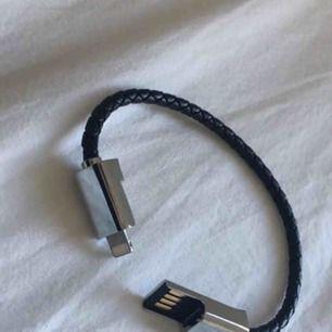 Ett armband som funkar som en laddarsladd till iphones!