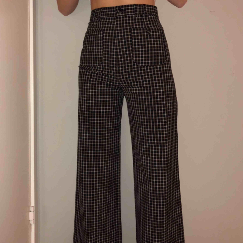 Skitsnygga byxor från &other stories, tyvärr kommer som inte till användning. Använd endast ett fåtal gånger!! ((OBS PRISET ÄR INKLUSIVE FRAKT)). Jeans & Byxor.