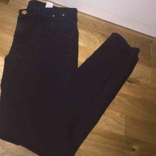 Säljer ett par fina svarta jeans, aldrig använda för dom är för små.