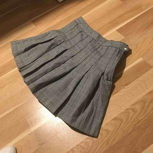 Snygg kjol som jag tyvärr inte haft användning för därför aldrig använd💕 köparen står för frakt