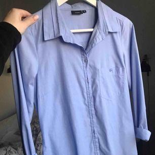 Blå skjorta från fransa, storlek M men passar även S! Kan fraktas för 35 kronor 💙(kan såklart rulla ner ärmarna, bara jag som haft dem uppkavlade)