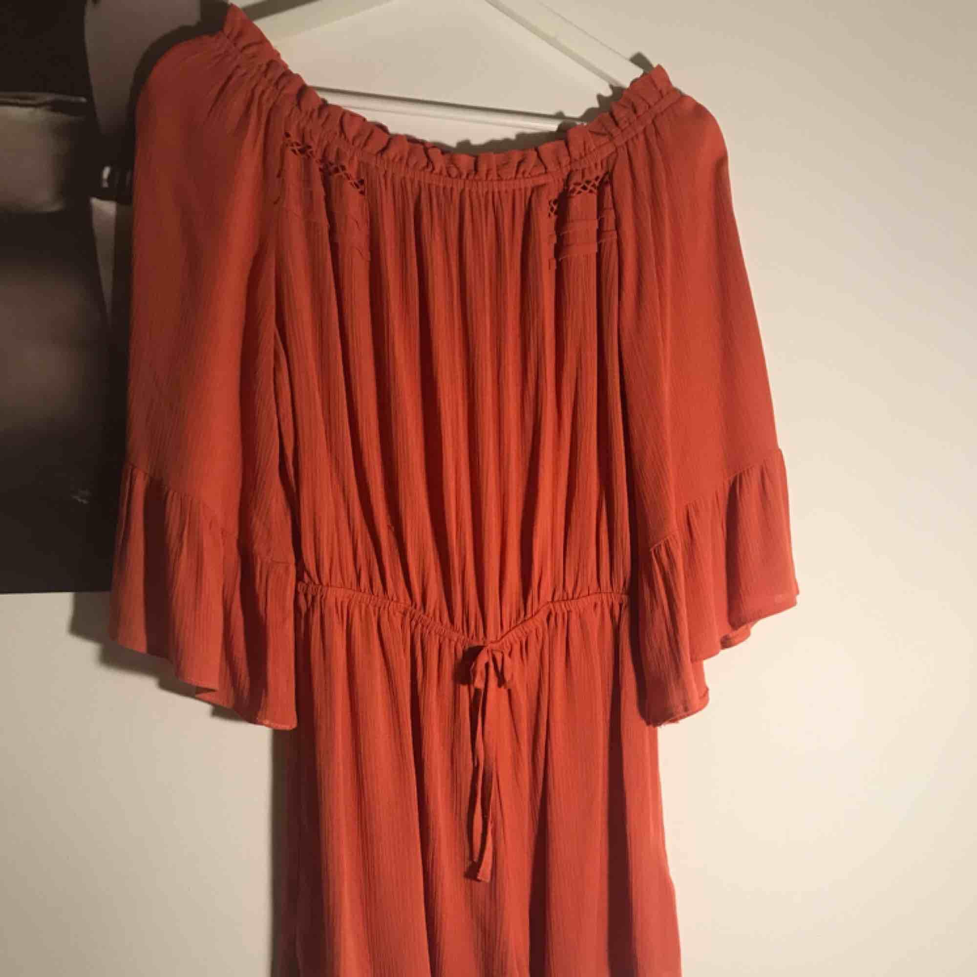 En tegelröd/orange jumpsuit från topshop. Man kan välja att ha den off-shoulder eller inte. Väldigt strechig vilket gör att den passar många storlekar. Köparen står för frakt💕 (skriv privat för mer info och bilder). Klänningar.