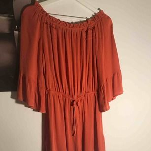 En tegelröd/orange jumpsuit från topshop. Man kan välja att ha den off-shoulder eller inte. Väldigt strechig vilket gör att den passar många storlekar. Köparen står för frakt💕 (skriv privat för mer info och bilder)