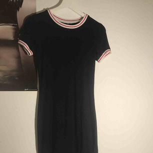 Svart klänning som tyvärr är för lång för min smak. Väldigt strechig. Sparsamt använd. Köparen står för frakt💕