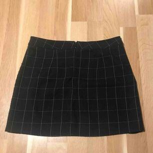 En svart rutig kjol i storlek onesize men skulle säga att den passar xs-m. Min favorit kjol därav lite nopprig men fortfarande fint skick. Köparen står för frakt