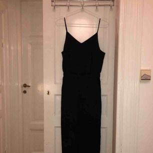 Superduper fin jumpsuit med stuk av kostymbyxor i underdelen och urringad överdel med tunna band från Uniqlo men tyvärr för liten för mig. Köpt för 300 kronor och aldrig använd!