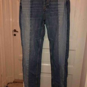 Raka jeans med revär på framsida från Mango. Aldrig använda men bytt från knappar till dragkedja (ca 399 kronor i nypris)