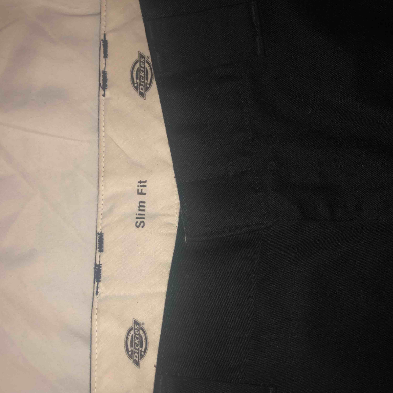 (INTRESSEKOLL) Dickies work pants (unisex), använda fåtal gånger men är i nyskick. Nypris 600kr, skriv om du är intresserad. Jeans & Byxor.