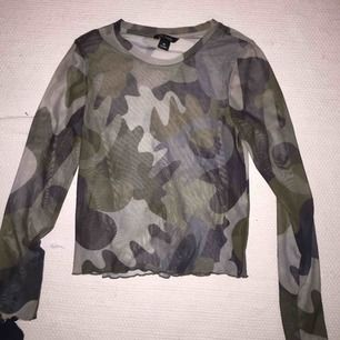 Långärmad genomskinlig tröja i kamouflage från Monki