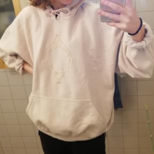 Ljus beige hoodie med fantastiskt motiv! Strl XL men skulle nog säga L, passar mig någorlunda som har strl XS/S. Köpt på secondhand, säljer pga tyvärr för stor :(