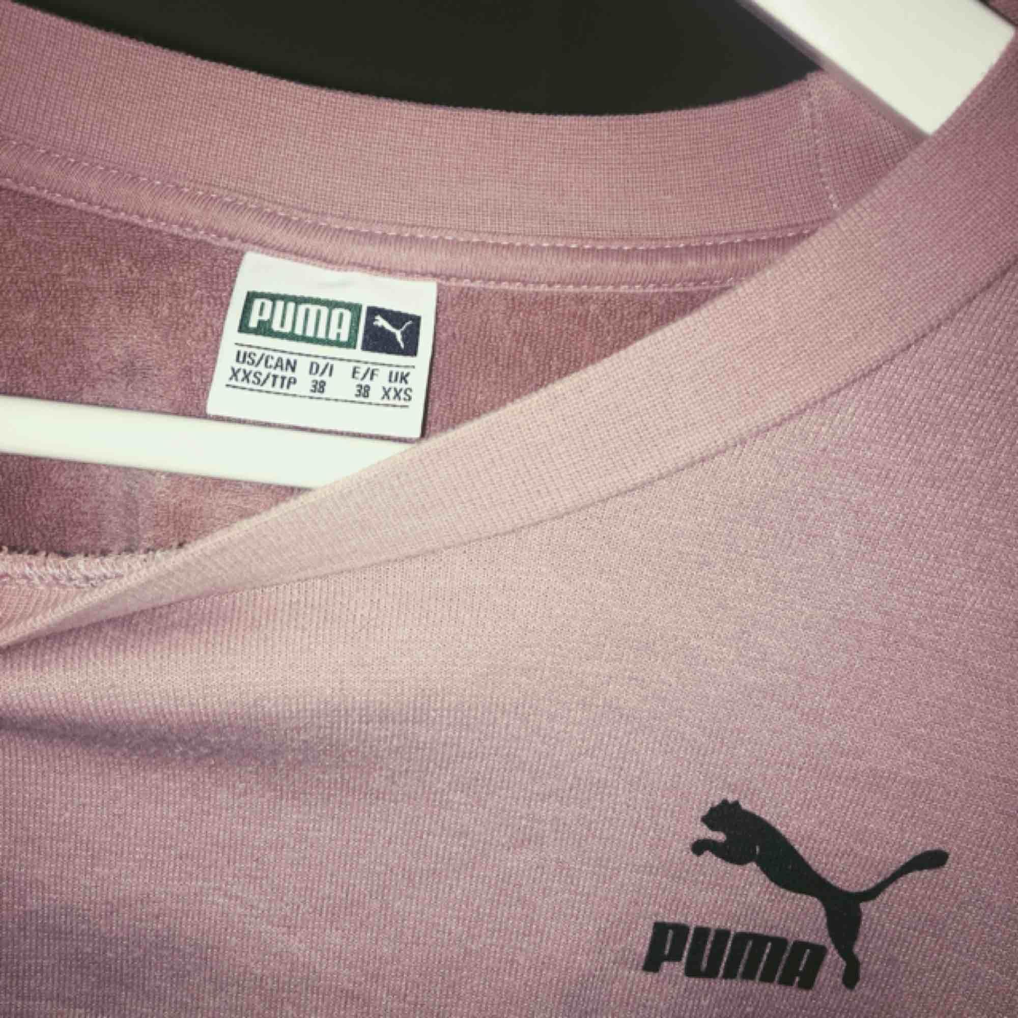 croppad PUMA tröja med supercoola armar!✨frakt 50kr. Huvtröjor & Träningströjor.