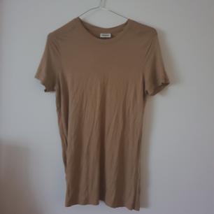 Mjuk beige/sand färg tshirt från Weekday storlek m