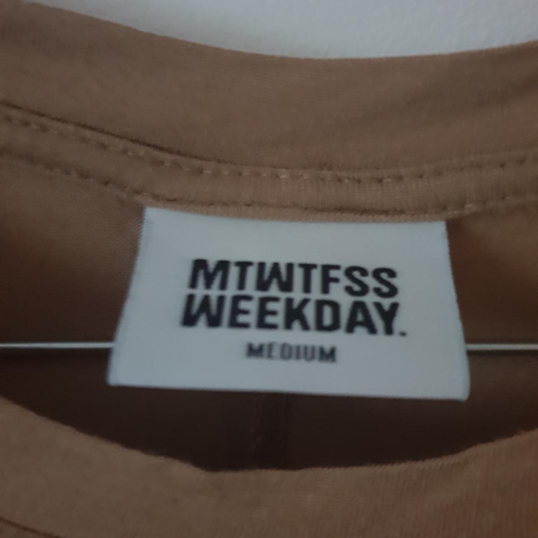 Mjuk beige/sand färg tshirt från Weekday storlek m. T-shirts.