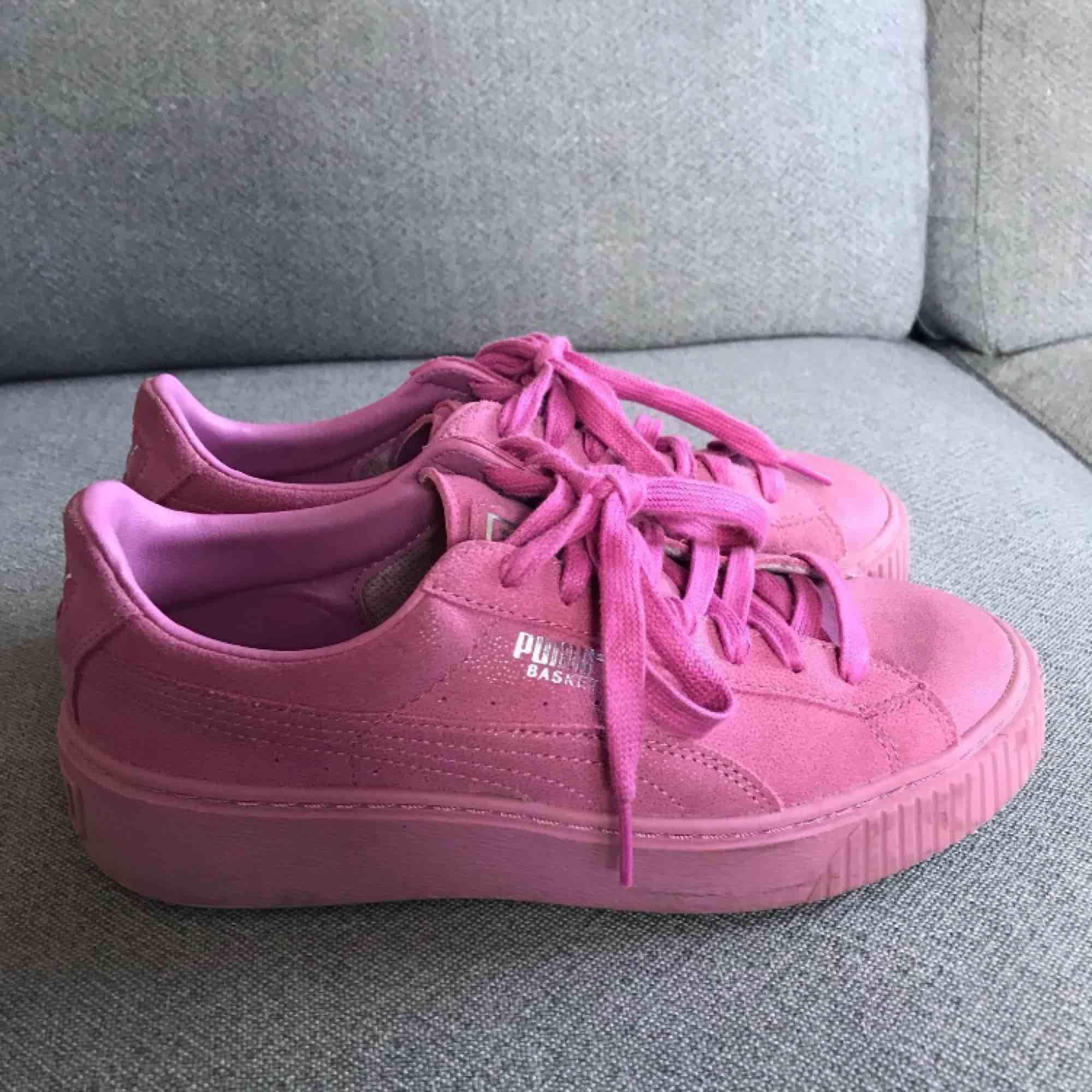 Underbara skimrande rosa skor från Puma Suede, använda ca 1 vecka i somras, supersköna att gå i, bra skick 🍭. Skor.