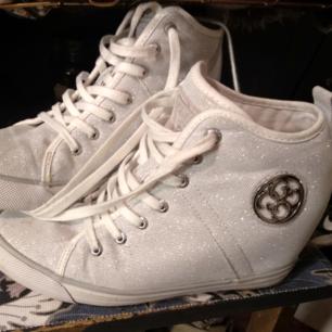 Nya Guess sneakers med inbyggd klack.