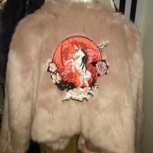 Nicki Minaj faux fur jacket strl 38. Oversize look på sen från xs-s/m.