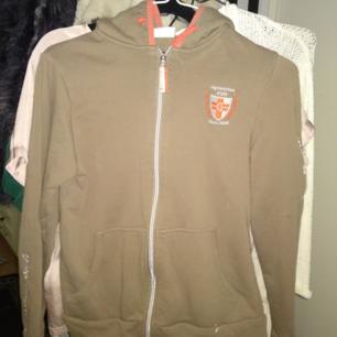 Ridhoodie tröja köpt på Hööks.
