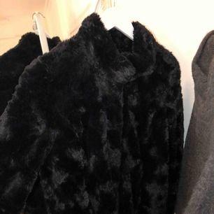 Lång svart pälsjacka från Vila Knappt använd. storlek S