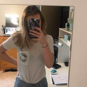 En oversized T-shirt från Hollister. Använd en gång och som ny, köparen står för frakt.