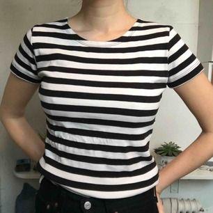 Randig t-shirt från twilfit, oanvänd! Står storlek 38/40 men tycker nog det är en 34/36! Frakt :39kr ✨samfraktar gärna
