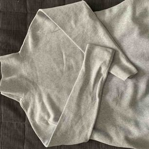 Fin tröja från COS. Nypris 1200. Använd fåtal gånger, fint skick!