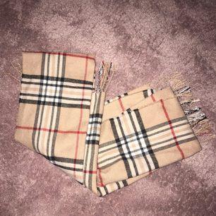 Burberry inspirerad halsduk, använd ca 2 gånger!