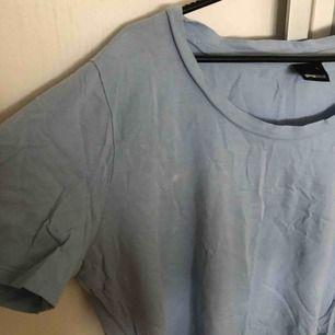 T shirt från Gina tricot i en ljus blå färg/pastell blå! Använd 3 gånger oCh är i bra skick. Säljer pga att jag aldrig använder såhär färgglada kläder!