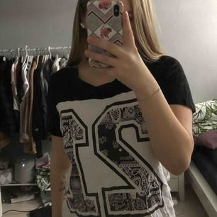 """En T-shirt med """"21"""" i mönster. 40kr + 60kr frakt."""