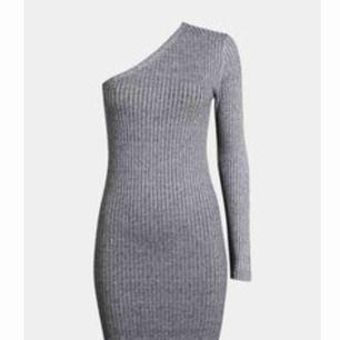 TAGS KVAR! trendig axellös ribbad klänning i grå från bikbok