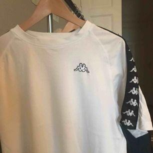 T-shirt från Kappa köpt second hand, märkt med storlek L men är snygg att ha oversize också. Inga hål. Frakten ingår vid snabb affär!