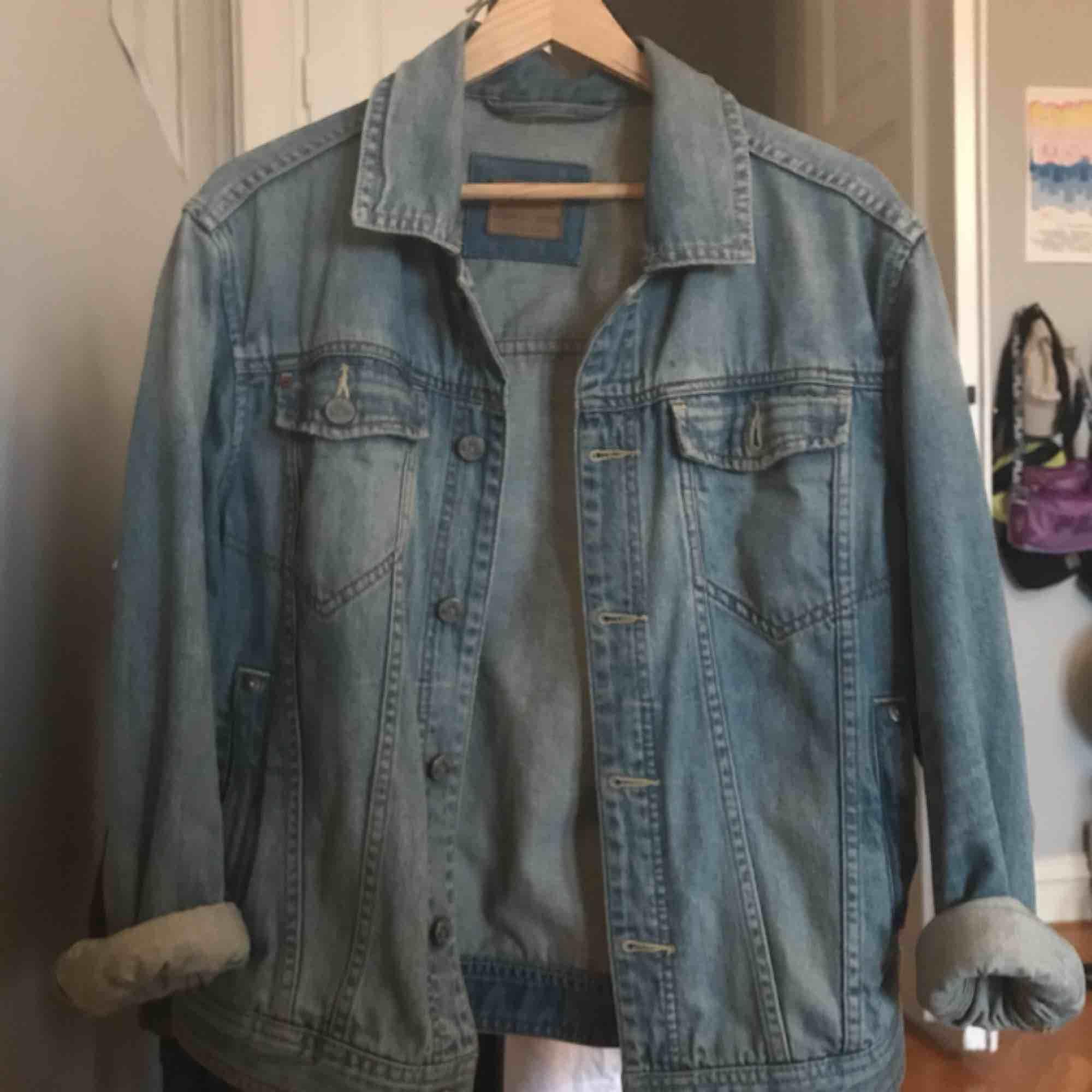 Den perfekta jeansjackan! Köpt av min förälder på 80-talet skulle jag tro. Den är i super skick utan hål eller liknande. Kan såklart ta bättre bilder vid intresse. Uppskattar storleken till en M (herr) men snygg på flera storlekar, har själv S vanligtvis!. Jackor.