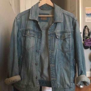 Den perfekta jeansjackan! Köpt av min förälder på 80-talet skulle jag tro. Den är i super skick utan hål eller liknande. Kan såklart ta bättre bilder vid intresse. Uppskattar storleken till en M (herr) men snygg på flera storlekar, har själv S vanligtvis!