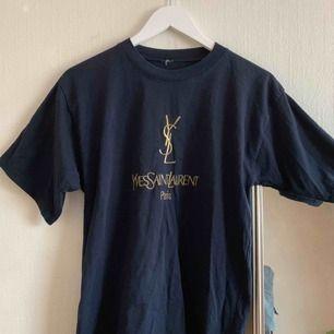 marinblå T-shirt köpt secondhand med guldbroderi. Står ingen storlek angiven men passar nog allt från xs-m beroende på hur man vill att den ska sitta :)