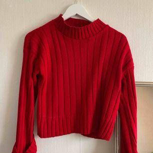 Svinfin oanvänd röd stickad tröja. Liten i storleken, så jag skulle nog säga att den mer är som en 34a 🍒🥀