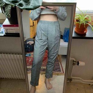 Kostymbyxor med detalj på sidan. Tyvärr för stora för mig därav lite dålig bild