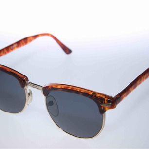 Solglasögon, nya och aldrig använda, men vintage modell från 80-talet. Solglasögonpåse från Colorez ingår. 20:- inkl frakt.
