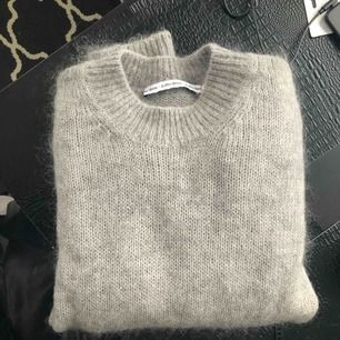 Supermysig tröja från & other stories. Består till mestadels av mohair och ull, så väldigt varm och skön! I nyskick! :)