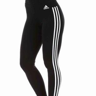 Svarta Adidas tight i storlek S, sköna träningsbyxor med resår upptill! Använd fåtal gånger! Köpta från stadium för 299kr mitt pris 100kr och vid snabb affär kan priset diskuteras!