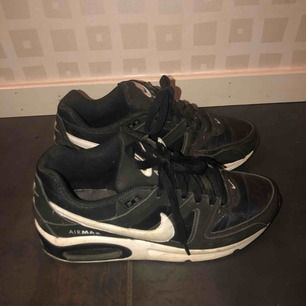 Nike air max skor i Använt men fint skick. Lite små i storleken, passar nog en 38