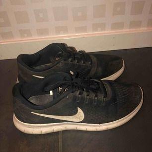 Nike free run sneakers i använt men fint skick. Väldigt bekväma!! Små i storleken, passar mer en 38