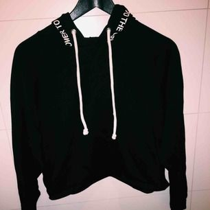Croppad hoodie, använd väldigt sparsamt. Köparen står för frakten 🌟
