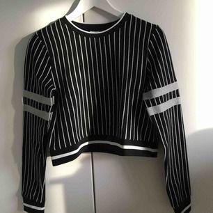Jättesnygg lite kortare tröja från Gina Tricot som jag bara använt ett fåtal gånger så den är i fint skick. Storlek S men den passar även XS beroende på hur man vill att den ska sitta. Kan mötas upp i Stockholm men annars betalar köparen för frakten. 😊
