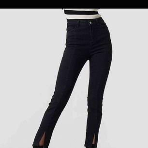 Jeans från NA-KD med söm i mitten och slits längst ner. Storlek 40.