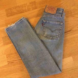 Kollar intresset på dessa vintage levis jeansen ! Modell 501  Naturligt slitna Strl w25 L32 Sjukt snygga  FÖRST TILL KVAR ev många intresserad =budgivning FRAKT TILLKOMMER